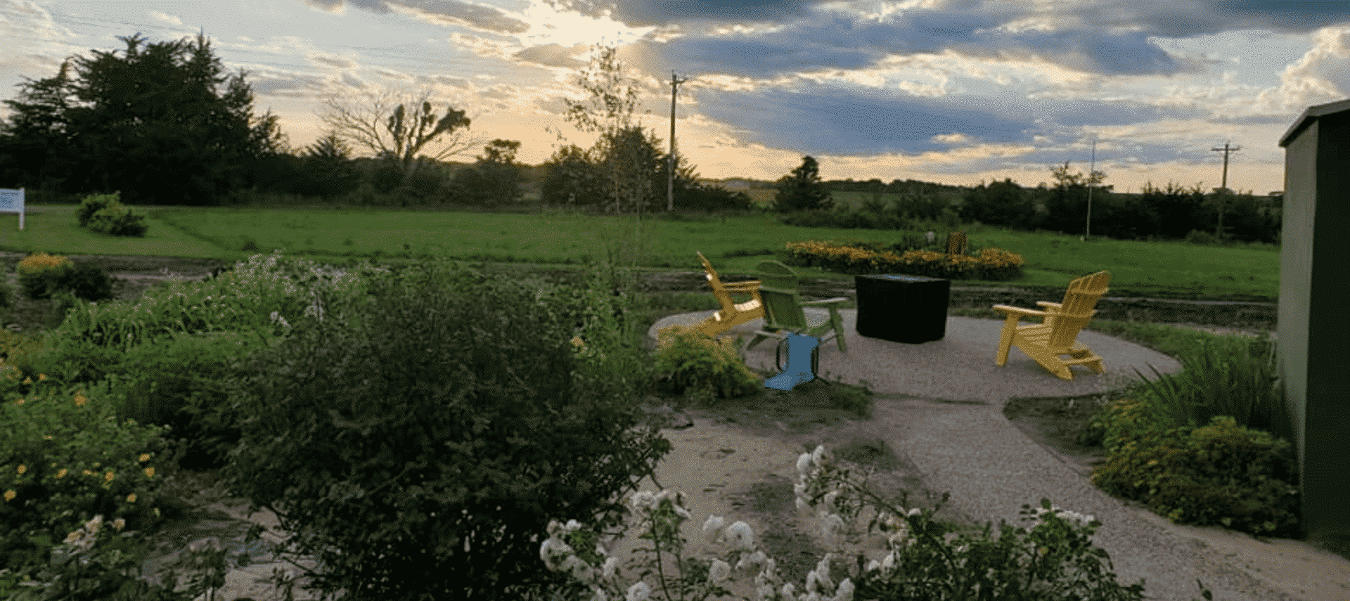 Garden with a circle patio and chairs with an open horizon